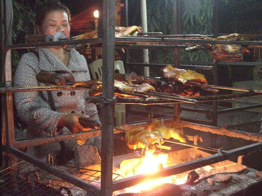 Hähnchen- und Entenbraterei am Nachtmarkt.