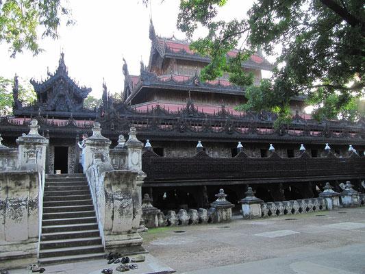 Das Shwenandaw Kloster ist das einzige Gebäude des ehemaligen Mandalay Palastes, das bei dem vernichtenden Brand keinen Schaden nahm. Heute steht es außerhalb des Palastgeländes..