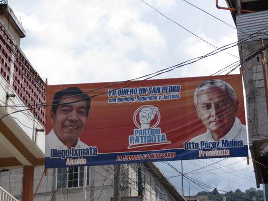 Überall hägen Wahlplakate für die Präsidentschaftwahl 2011.