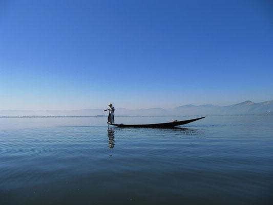 Einer der einzigartigen Beinruderer beim Fischen auf dem Inle See.