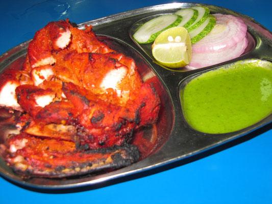 Tandoori Chicken mit Soßen.