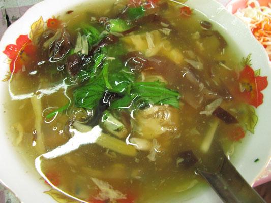 Chinesische Nudelsuppe mit Hühnchen und Gemüse.
