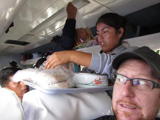 Verängstigter Reisender. Alle paar Minuten springen Frauen mit frischen Snacks in den Bus um diese zu verkaufen. Platz ist dafür eigentlich nicht da.