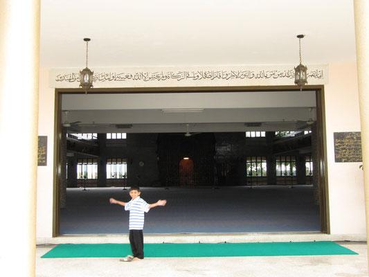 Das Innere (für Nicht-Muslime verbotene) der Masjid Negara (Staatsmoschee).