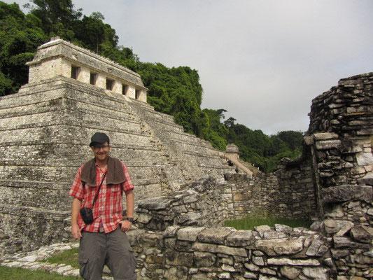 Im Palast vor dem Tempel der Inschriften.