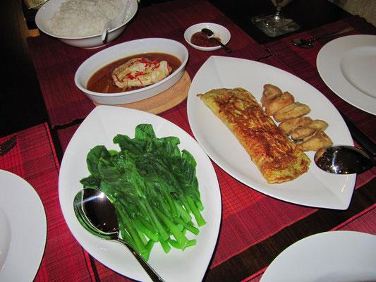 Gedämpfte Hühnchenbrust mit Chilli, Omelette, frittiertem Hühnchen, dedämpftem Gemüse und Reis.