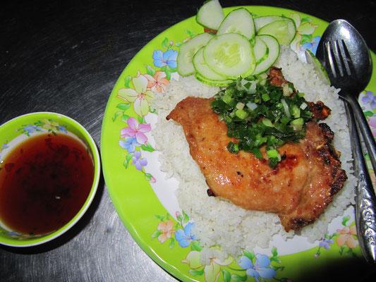 Schweinekotelette auf Reis mit Sojasoße.