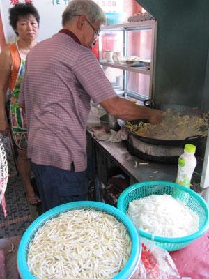 """Penangs weltbekanntes """"Sister's Char Koay Teow""""-Restaurant mit wahrhaftig fantastischem Essen. Viele malaysische Prominente haben hier schon vor uns gegessen."""