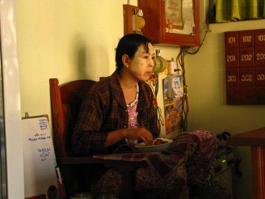 Mit Thanaka geschmickte Burmesin. Eigentlich auch die Rezeptionistin in unserem Hotel.