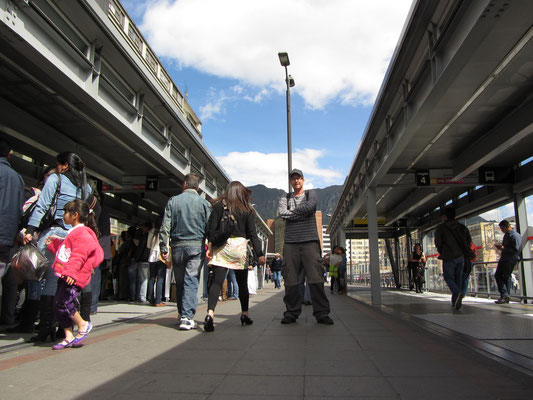 In einer von Bogotas TransMilenio-Haltestellen. Ohne dieses Bussystem, das dem einer U-Bahn gleicht, ist ein schnelles Fortbewegen in der Hauptstadt unmöglich. Demzufolge sind die Busse zu Stoßzeiten regelmäßig überfüllt. Kein Vergnügen.
