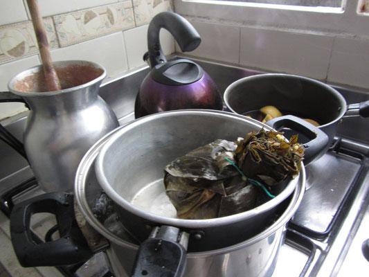 Klassisches kolumbianisches Frühstück. Tamales und heiße Schokolade. Das stärkt einen für den ganzen Tag.