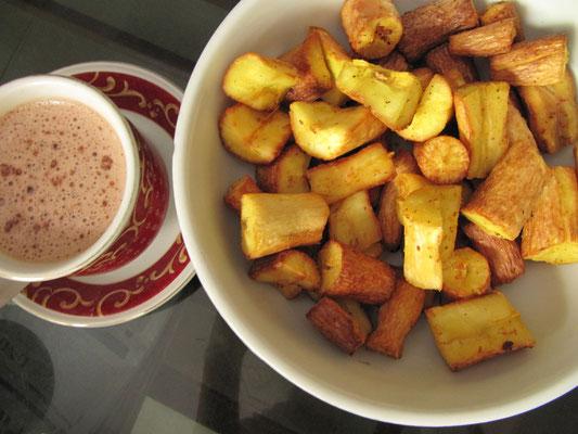 Frittierte Kasavawurzel und Kaffee zum Frühstück.