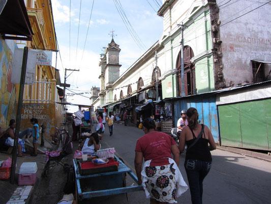 Vor dem Markt.