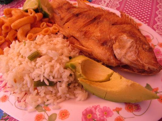 Frittierter Fisch, Gemüsereis, Avocado und Maccaroni.