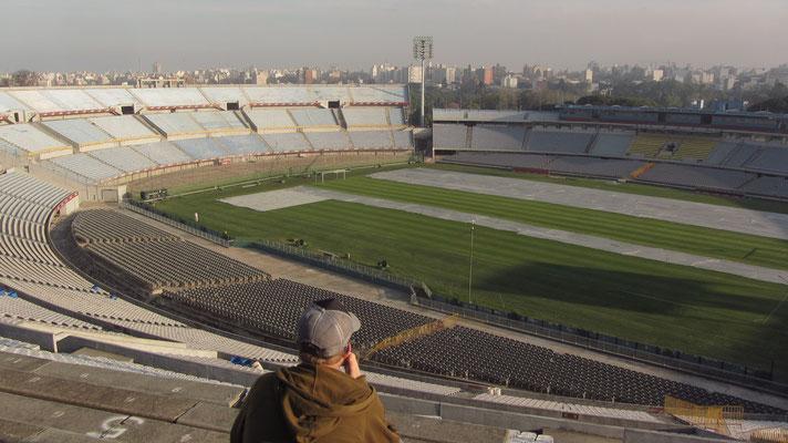 Es wird von der uruguayischen Nationalmannschaft sowie den Klubs Nacional Montevideo und CA Peñarol benutzt. Der Name des Stadions wurde aufgrund der 100-Jahr-Feiern der Unabhängigkeit Uruguays gewählt.
