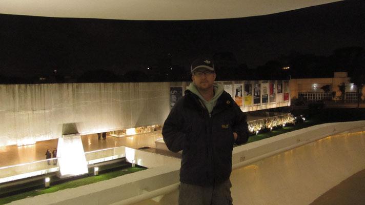 """""""Die Kommunisten sind die einzigen, die immer noch eine bessere Welt schaffen wollen.""""  – Oscar Niemeyer, 2008"""