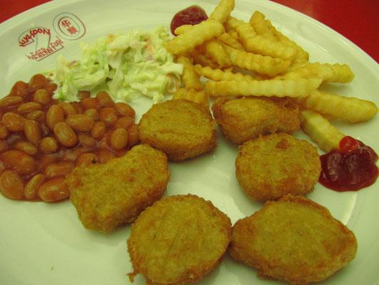 Chicken Nuggets, Krautsalat, gebackenen Bohnen in Tomatensoße und Pommes.