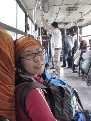 Nach der Ankunft am Busbahnhof im öffentlichen Bus auf dem Weg zu unserem neuen Gastgeber.