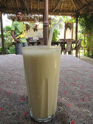 Lassi ist ein indisches Joghurtgetränk, dass durch seinen Fettgehalt die Schärfe des Essens mildert und seine Verdaulichkeit erhöht.