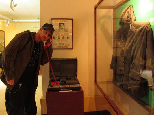 Amerikanische Abhöranlage, daneben die Jacke in der Pablo Escobar erschossen wurde.