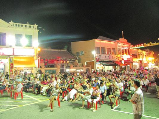 """Zuschauer vor der Bühne auf dem """"Jonker Walk""""."""