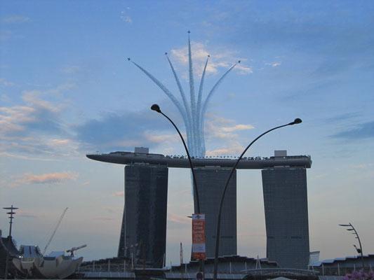 Militärparade mit Kampfjets über dem Marina Bay Sands.