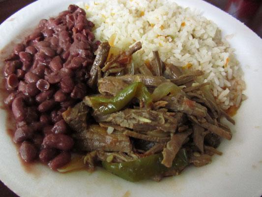 Geschmortes Rindfleisch mit Gemüse und Beilagen.