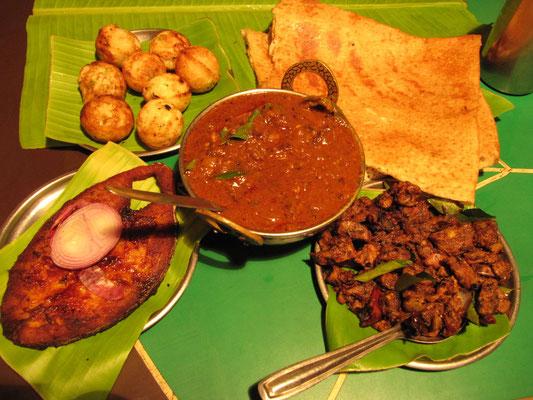 Wir waren mit unseren Gastgebern in Bangalore groß speisen. Es gibt Fisch- und Lammcurry.
