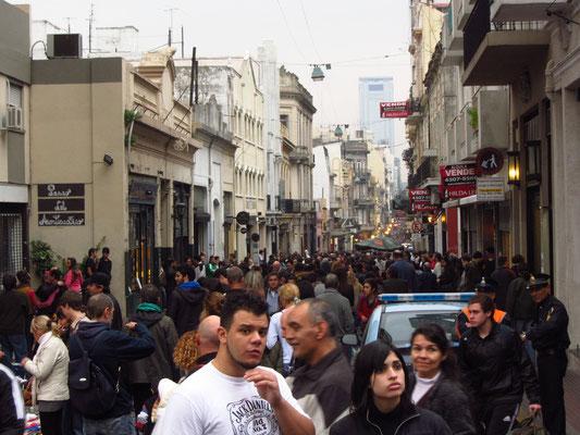 Menschen auf dem sonntäglichen Flomarkt in San Telmo.