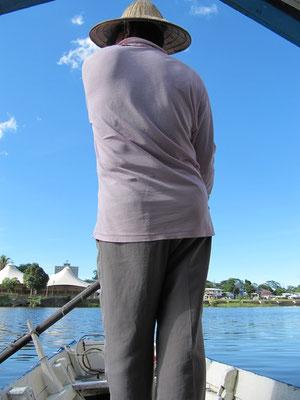 Ein Tambangführer auf dem Sungai (Fluß) Sarawak.