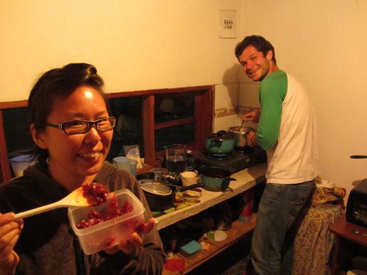 Chihi und Ruben bei der Zubereitung von Schwarzbeermarmelade.