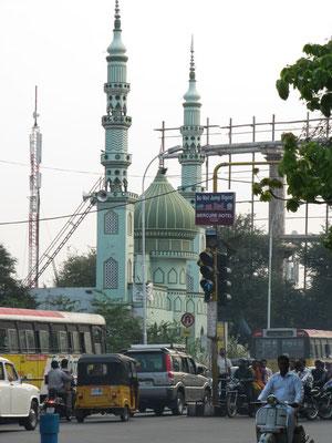 In Hyderabad stehen aufgrund der tradtionell vielen Muslime überall Moscheen.