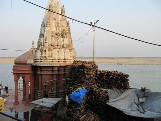 Blick von oben auf das Manikarnika Ghat.