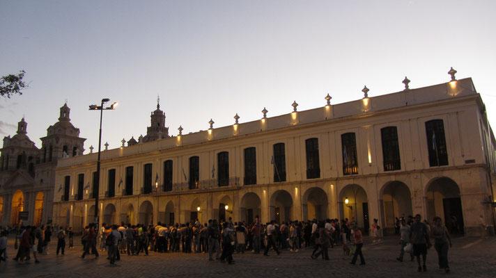 """Das historische Ratsgebäude """"Cabildo"""", das in der Zeit zwischen 1610 und 1784 erbaut wurde. Heute beherbergt es ein Museum mit wechselnden Ausstellungen, sowie die Touristeninformation."""
