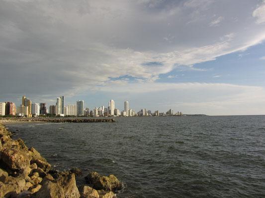 Blick auf die touristischen Hochbauten Boca Grendes über das Wasser des Karibischen Ozeans.