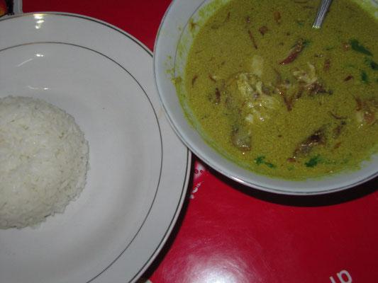 Soto Medan (nicht scharfe Kokusmilchsuppe mit Hühnchen).