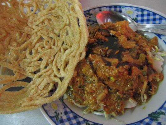 Vegetarische Kost in Bogor: Gekochter Tofu und Sojabohnensprossen mit einer dicken Erdnußchillisoße, dazu ein merkwürdiger Cracker.