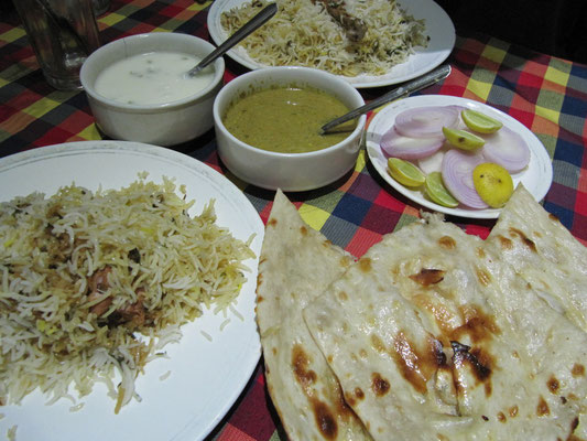Chicken Biryani & Butter Nan (Im Gegensatz zu anderen indischen Brotsorten stellt man Nan aus gesäuertem Teig her, etwa durch Hinzufügen von Joghurt, sowie mit Hilfe von Hefe o. ersatzweise mit Backpulver.) Hyderabad ist die Wiege des indischen Biryanis.