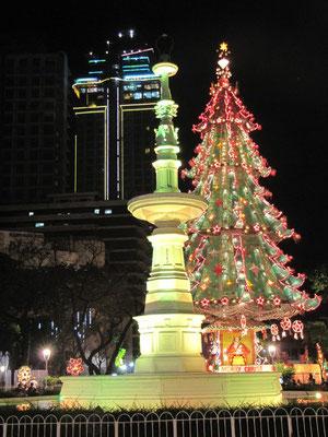 Weihnachtsbaum auf dem Fuente Osmena Circle.