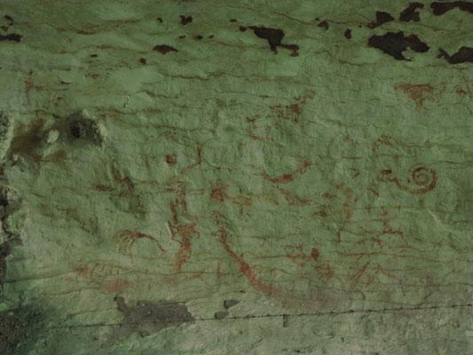 """Höhlenmalereien in der """"Painted Cave"""". Sie zeigen menschliche Wesen und """"Longboats"""", die die Seelen der Verstorbenen auf der gefährlichen Reise ins Totenreich transportieren."""