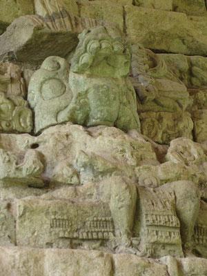 Im Treppenaufgang stehen sechs Figuren, die Könige von Copán darstellen. Sie tragen jedoch, anders als auf früheren Statuen, die Tracht der Krieger der zu diesem Zeitpunkt schon untergegangenen Stadt Teotihuacán.