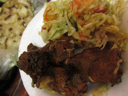 Gegrilltes Fleisch mit Salat und Tacos.