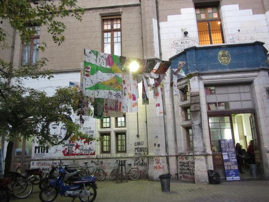 Bitte links gehen gilt nicht nur an der Uni hier. Rosario ist ein wichtiges Bildungszentrum auf nationalem und internationalem Level, wobei die wichtige Universidad Nacional de Rosario staatlich und kostenfrei ist.