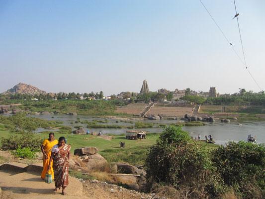Blick über den Fluß auf Hampi Bazaar. Wir wußten von welchem Ufer wir sind und residierten Virupapur Gaddi.