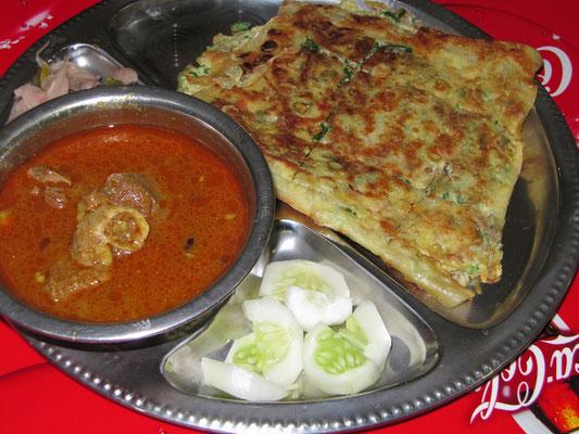 Martabak (Art Sandwich, das mit Schafsfleisch, Knoblauch, Ei und Zwiebel gefüllt wird) & Lammcurry.