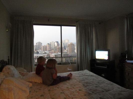 Zwei der drei Kinder unserer deutsch-spanischen Gastgeber vor dem TV in unserem Appartement.