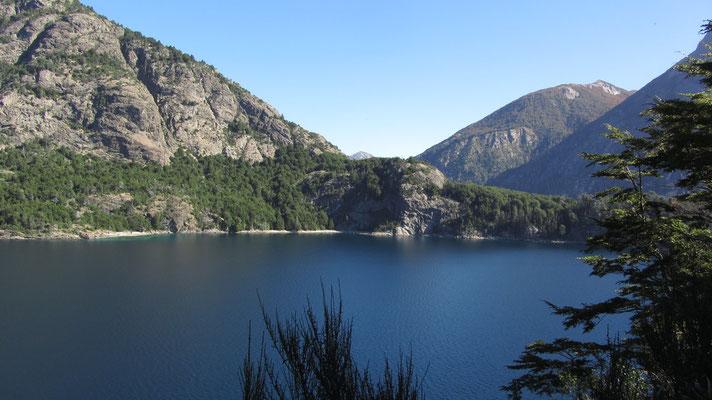 Parque Nacional Nahuel Huapi. Der Nationalpark ist geprägt von hohen Bergen, einer Vielzahl von Seen und ausgedehnten Wäldern.