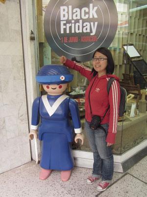 """Auch Playmobil wirbt für den """"Black Friday"""". Dann werden in den Geschäften die Preise purzeln, die Menschen panisch horten und ersehen was das Zeug hält. Eine Art zusammengelegter WSV & SSV."""
