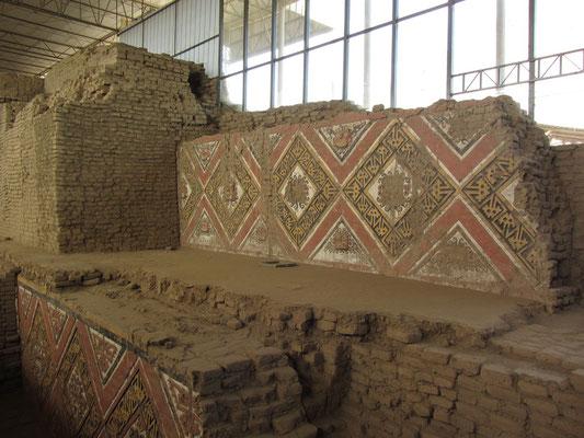 Die Bedeutungen dieser komplexen Bilder sind weitgehend ungeklärt. Einige Darstellungen ähneln denen in einem anderen wichtigen Zeremonialzentrum der Moche, in der Huaca del Brujo im Chicama-Tal nördlich von Trujillo.