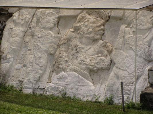Eine von drei bearbeiteten Tafeln. Auf ihnen sind Szenen der Thronbesteigung der drei Könige K'inich Janaab' Pakal I., K'inich K'an Joy Chitam II. und K'inich Ahkal Mo' Naab III.' dargestellt.